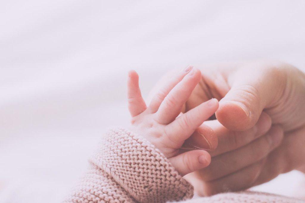 12 Foto Neogennito Moro φωτογραφιση μωρου μαιευτηριο φωτογραφος νεογεννητου μωρο οικογενεια παιδια